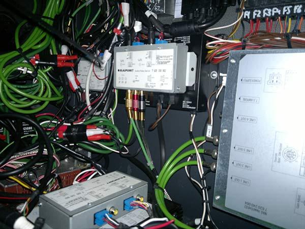 Sistema-trasmissione-simultanea-ascolto-multilingue-cuffie-wireless-pullman